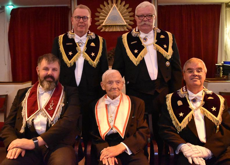 Alf Nesland, vår nye 60 års veteran i midten foran. Bak fra venstre: DSS Frank Ellefsen og Stor Herold Dag-Runar Pedersen. Foran til venstre OM Roger Haugli og Stor Sekretær Jon Erik Holm.