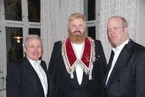 Johnny Michael Wesøe (t.v), OM Roger Haugli, og Kenneth Bråtømyr Larsen (t.h)