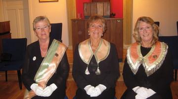 Fra venstre fadder Tone Jørstad, Marit Nordmark Wøien og OM Ann-Helèn T. Pedersen